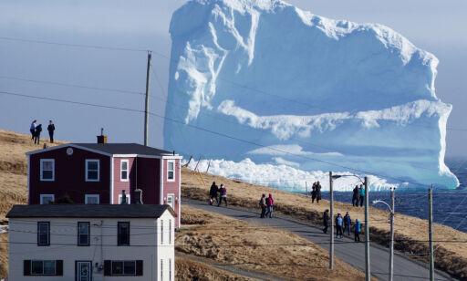 Det første av mange gigantiske isfjell passerer den lille byen. Det er et dårlig tegn