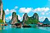 TRENGER IKKE BLI MED DRØMMEN: Halong Bay i Vietnam. Dropp latten om morgenen og si opp avtaler du ikke har bruk for og vips, så er du der! Foto: Scanpix