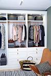 ORDEN I KLESSKAPET: Det er enklest å begynne å rydde i klærne, mener opprydningskonsulenten. Foto: Camilla Hey