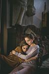 HJERTESKJÆRENDE FILM OM FORELDRESVIK: Jill Vogel (spilt av Ylva Bjørkaas Thedin) er 14 år, men likevel den mest ansvarsfulle i familien. Hun lider under sin mor Astrids (spilt av Maria Bonnevie) psykisk sykdom og alkohol- og rusmisbruk. FOTO: Hummelfilm/Euforia